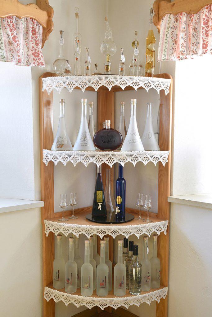 Schmuckflaschen im Regal